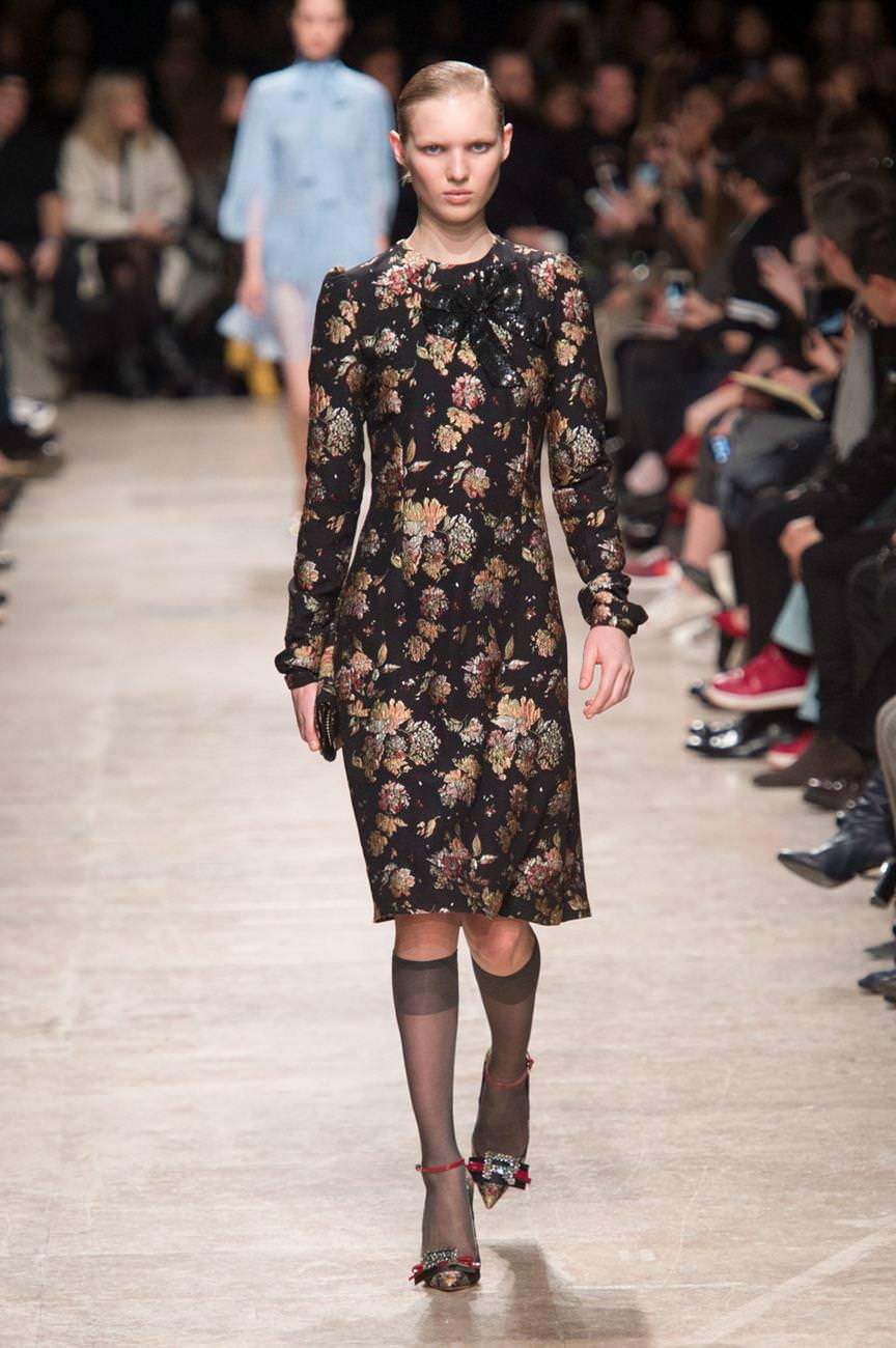 Одна з найголовніших тенденцій сезону - комбіновані модні плаття. Новинки з  подіумів демонструють вдалі комбінації матеріалів 882ff81faae0b